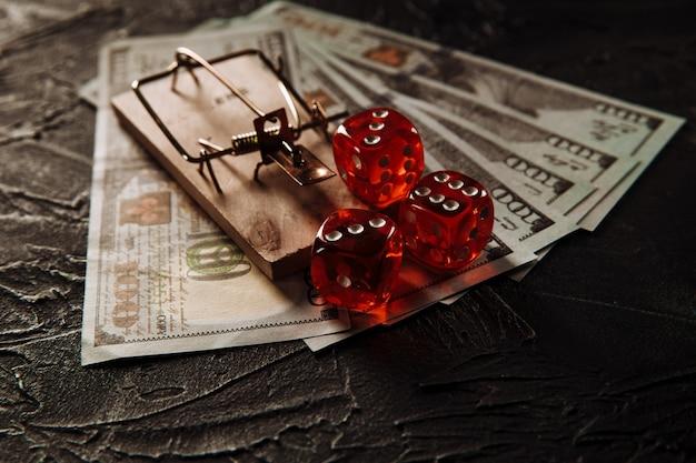 Dadi rossi che giocano sulla trappola per topi. concetto di dipendenza dal gioco