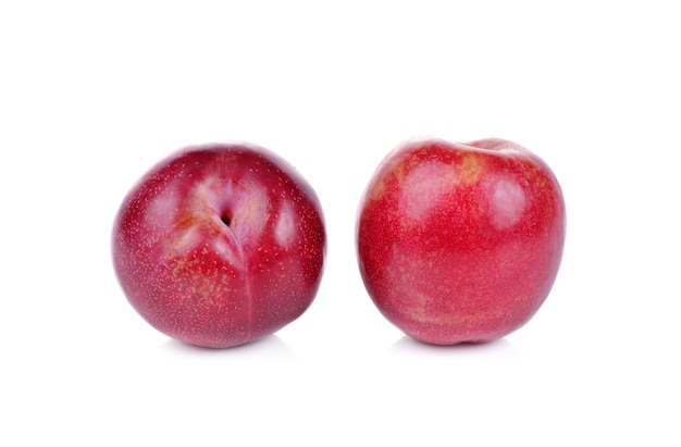 Prugna rossa isolata su bianco