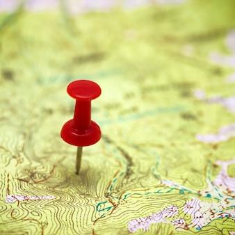 Punto rosso sullo sfondo di pianificazione del viaggio concetto di mappa