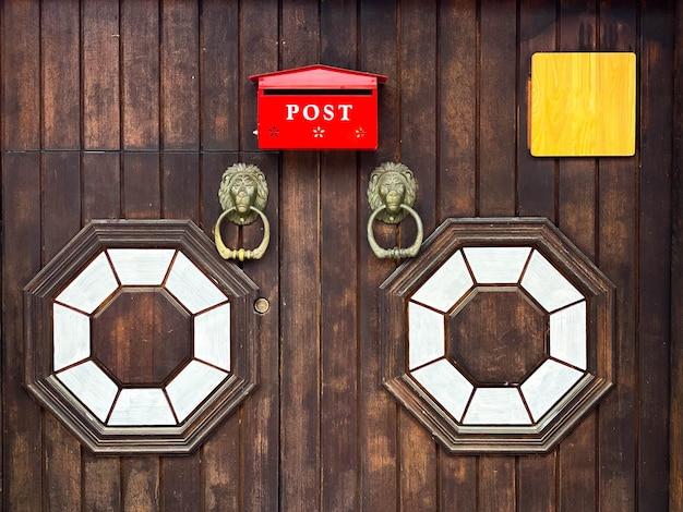 Red post box e porta di legno in stile coreano a bukchon hanok village, seoul in corea del sud