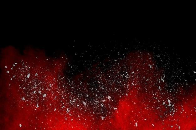 Esplosione di polvere rossa su sfondo nero