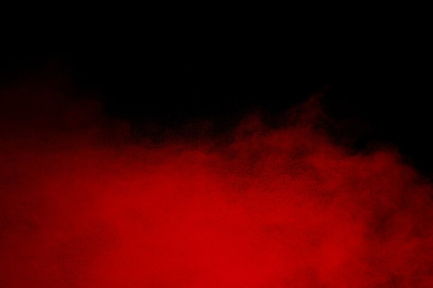 Nuvola di esplosione di polvere rossa su sfondo nero.