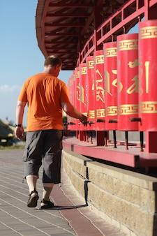 Ruote di preghiera rosse nel buddismo