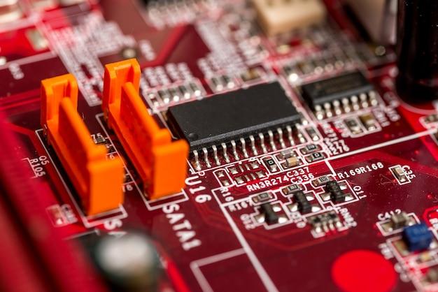 Scheda madre del computer stampata in rosso