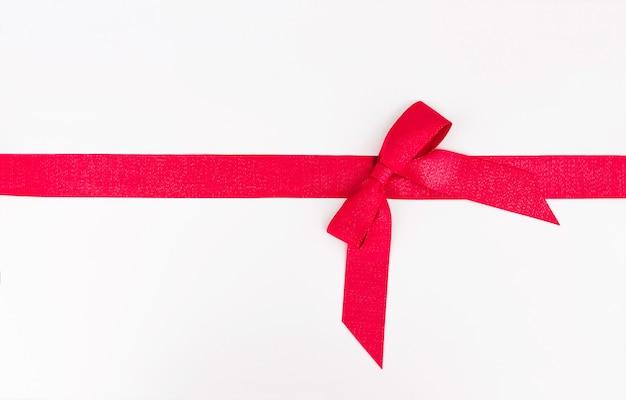 Red rep bow e nastro isolati su sfondo bianco