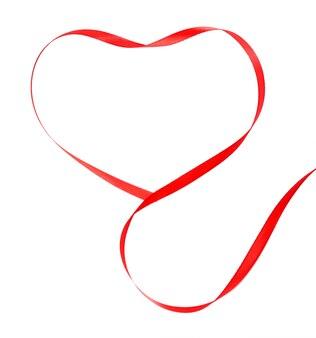 Nastro rosso a forma di cuore isolato su bianco