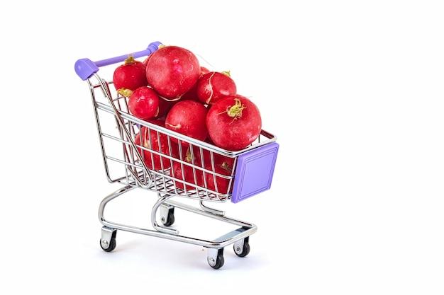 Ravanello maturo rosso nel carrello del supermercato su bianco