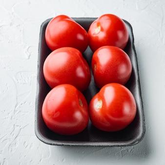 Pomodori maturi rossi, su fondo bianco