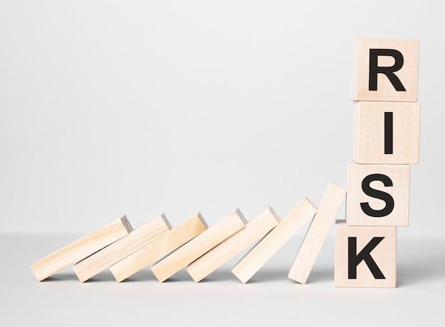 I blocchi rossi del cubo di rischio smettono di cadere blocchi sul tavolo. autunno affari, pianificazione, gestione, soluzione, assicurazione e concetti di strategia