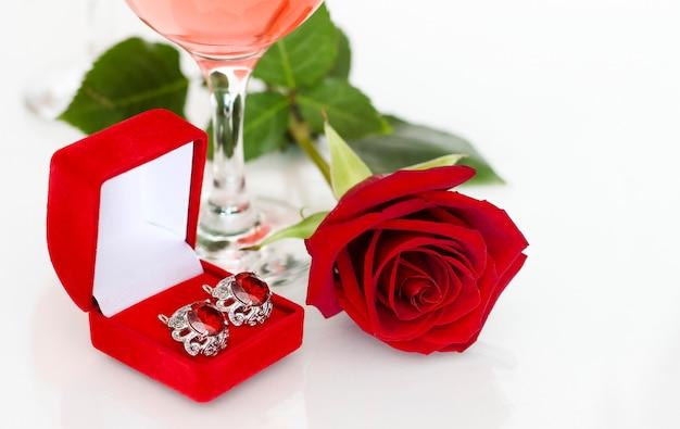 Rosa rossa e gioielli, un regalo per un anniversario.