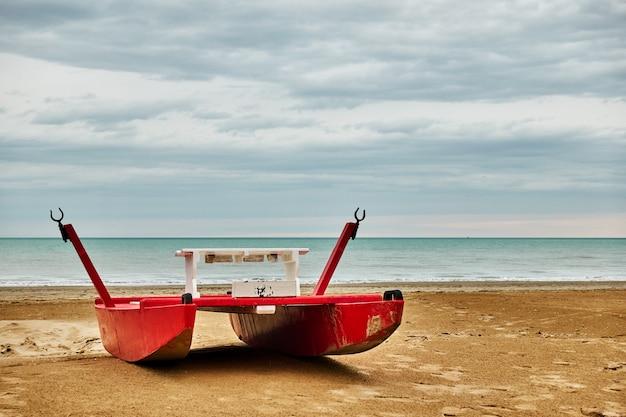 Barca di sicurezza rossa - catamarano in riva al mare sulla spiaggia di rimini, italia - seascape