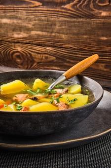Zuppa di pesce salmone rosso con patate e carote