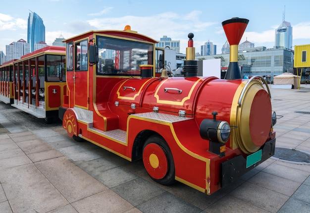 Treno turistico rosso sul quadrato, qingdao, cina