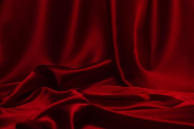 La trama del tessuto di lusso in seta o raso rosso può essere utilizzata come sfondo astratto. vista dall'alto