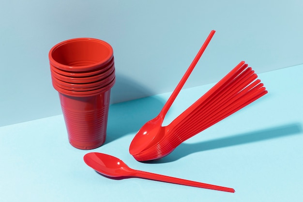 Cucchiaini rossi e bicchieri di plastica