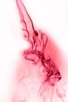 Movimento di fumo rosso su sfondo bianco.