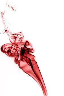 Fumo rosso su sfondo bianco.