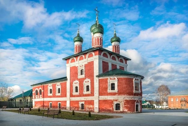 Chiesa rossa di smolensk nel monastero dell'epifania a uglich e fiori sotto i raggi del sole autunnale