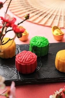 Torta di luna di pelle di neve rossa. nuova variante di mooncake, crema pasticcera ripiena di pasta mochi, pasta di fagioli rossi o fagioli verdi. modellato in stampo mooncake.
