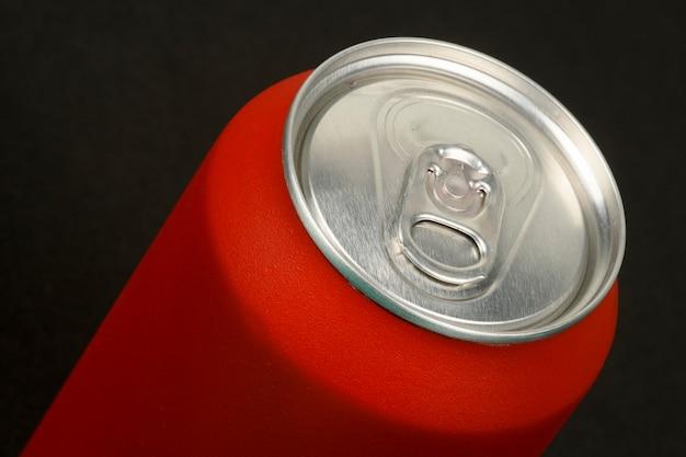 Primo piano rosso delle lattine di soda