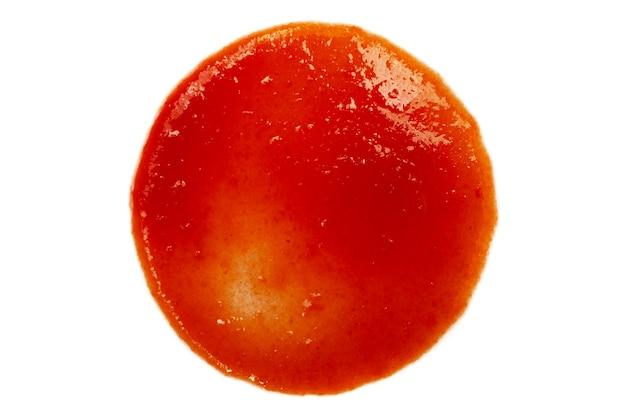 Spruzzi rossi di ketchup isolati su sfondo bianco, consistenza di passata di pomodoro, vista dall'alto. goccia di salsa di pomodoro su uno sfondo bianco, macro. salsa di pomodoro isolata su sfondo bianco, vista dall'alto.