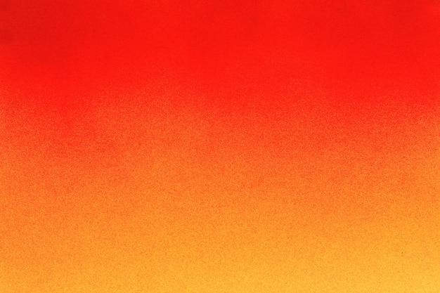 Vernice spray rossa su uno sfondo di carta colorata gialla yellow