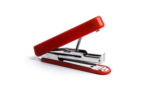 Cucitrice meccanica rossa su sfondo bianco. foto di alta qualità
