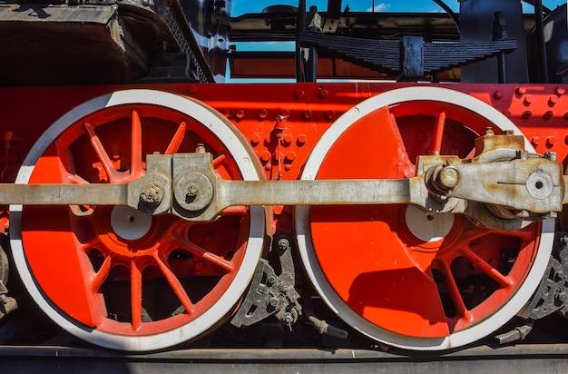 Ruote rosse della locomotiva a vapore, ruote metalliche di una vecchia locomotiva a vapore