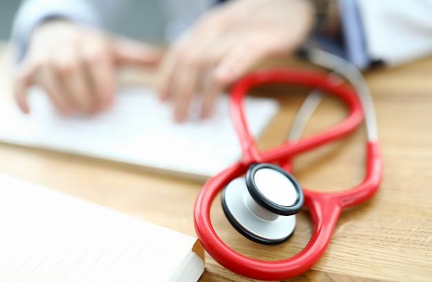 Lo stetoscopio rosso sta trovandosi sul tavolo