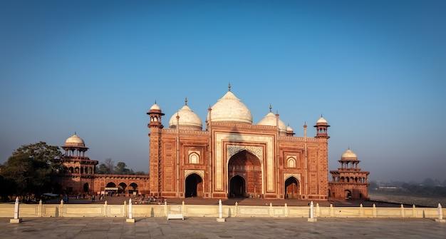 Moschea di pietra rossa sull'ala destra del taj mahal, india.