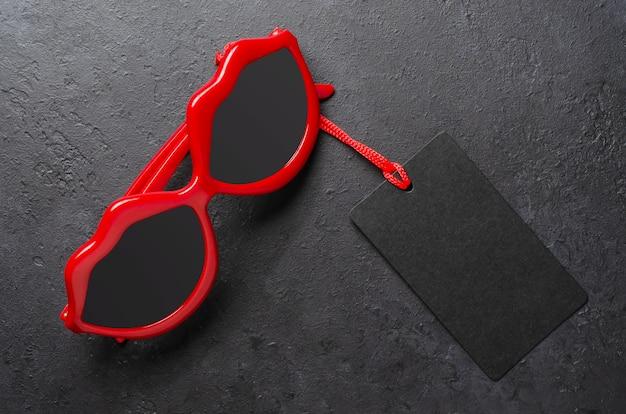 Occhiali da sole rossi. concetto di vendite per le vacanze il venerdì nero