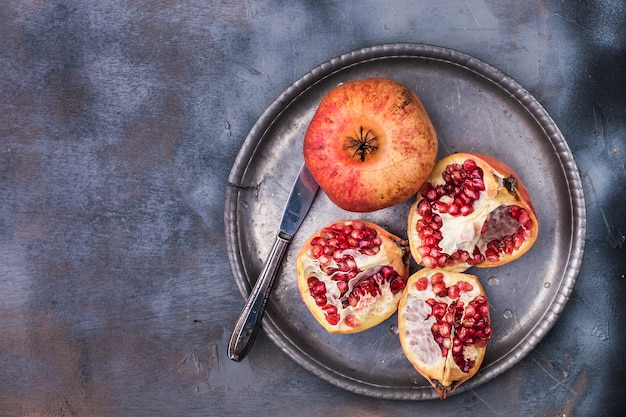Bacche rosse dolci su un piatto di metallo vintage e coltello