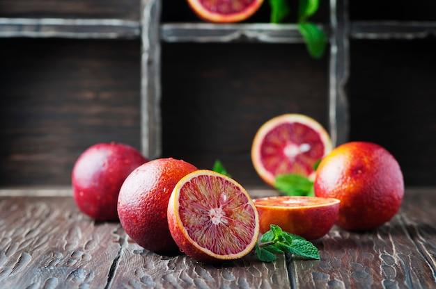 Arance dolci rosse sulla tavola di legno