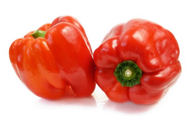 Peperoni dolci rossi su sfondo bianco peperoni paprika