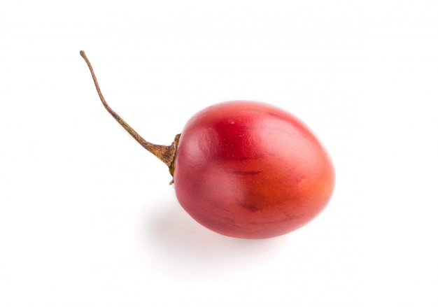 Tamarillo rosso isolato su sfondo bianco. vista laterale
