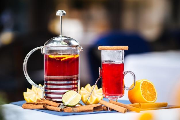 Tè rosso in una tazza e una stampa francese con cannella