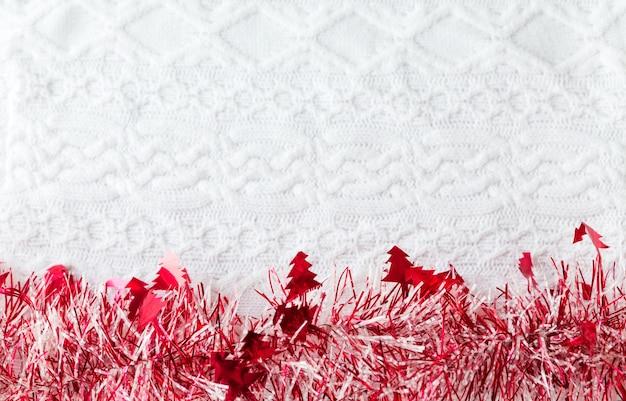 Orpello rosso, ornamento di natale, decorazione, isolato su sfondo bianco lavorato a maglia. foto orizzontale