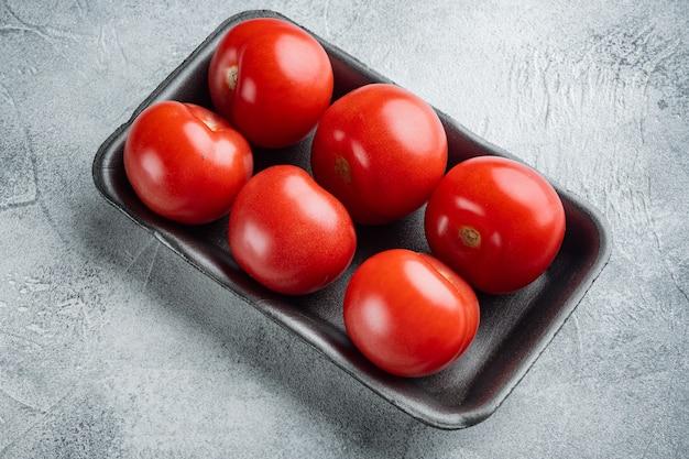 Pomodori rossi, su sfondo grigio