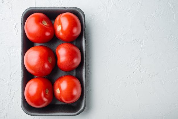 Pomodori rossi, su sfondo bianco con copia spazio per il testo