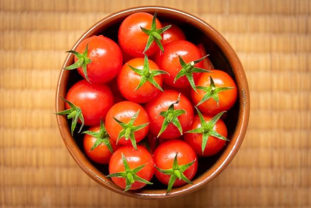 Pomodori rossi su bianco. gruppo di pomodori