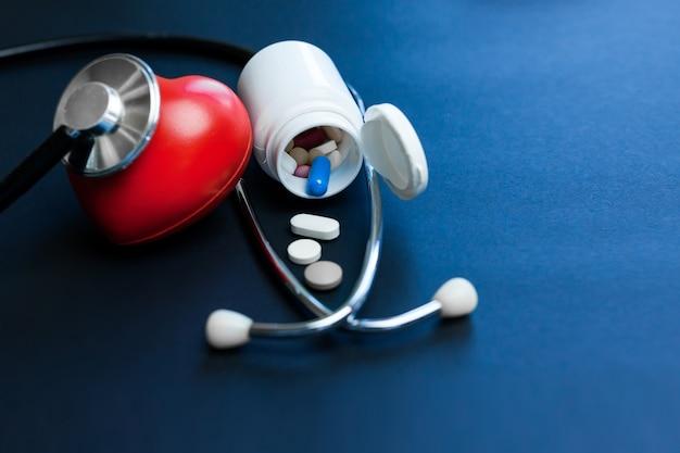 Cuore e stetoscopio rossi del giocattolo che mettono su fondo scuro