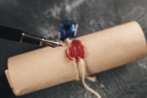 Timbro di cera rossa sul documento cartaceo isolato.