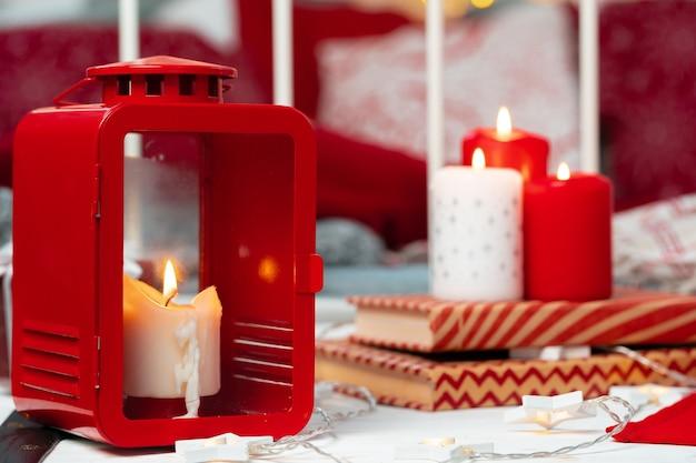 Decorazione d'interni con candele natalizie rosse e bianche