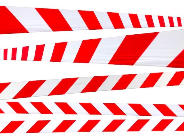 Le linee di avvertimento rosse e bianche del nastro barriera vietano il passaggio. nastro barriera sull'isolato bianco. barriera che vieta il traffico. avvertimento di zona pericolosa non sicura non entrare. concetto di non entrata. copia spazio