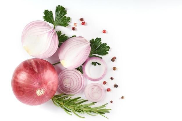 Cipolla rossa intera ed affettata, cipolla fresca isolata sulla superficie bianca con il percorso di residuo della potatura meccanica. cipolla rossa affettata con prezzemolo sul bianco.