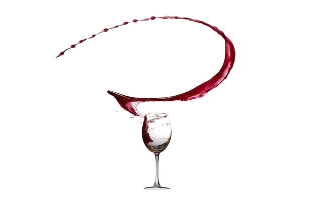 Spruzzatura astratta del vino rosso isolata su bianco