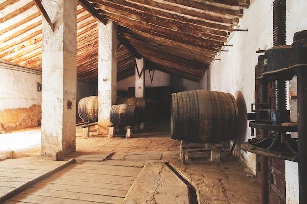 Botti di vino rosso accatastati nella vecchia cantina della cantina in spagna, alicante