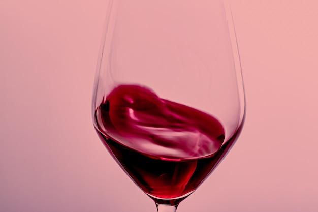 Vino rosso in vetro cristallo bevanda alcolica e aperitivo di lusso prodotto enologia e viticoltura