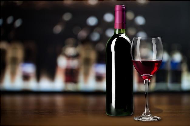 Vino rosso e bicchiere sullo sfondo
