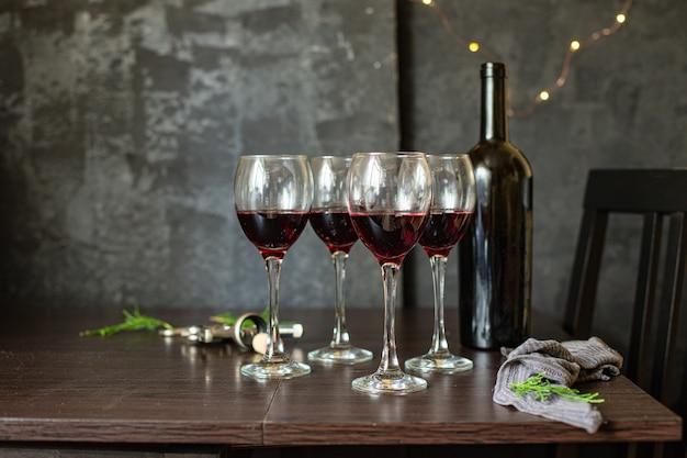 Vino rosso in vetro tavola festiva impostazione vacanze natalizie festa capodanno